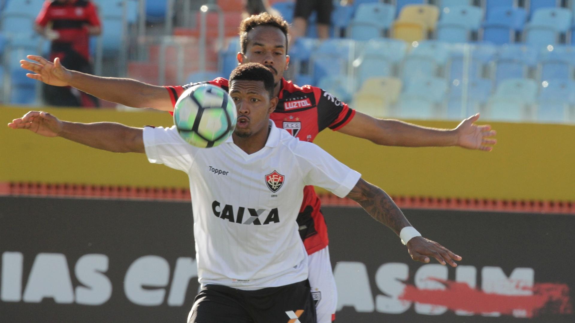 Lance do duelo Atlético-GO e Vitória pelo Brasileirão