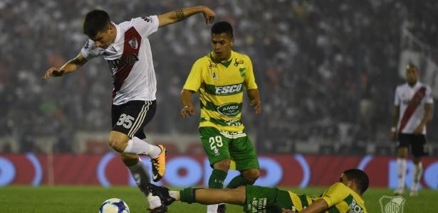 Tomás Andrade em ação pelo River Plate em jogo da Super Liga da Argentina