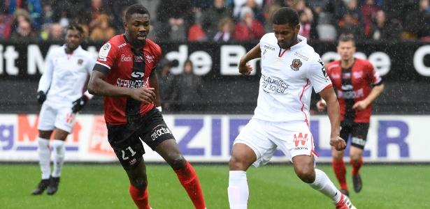 Marlon (de branco) em ação pelo Nice em jogo contra o Guingamp - Fred Tanneau/AFP