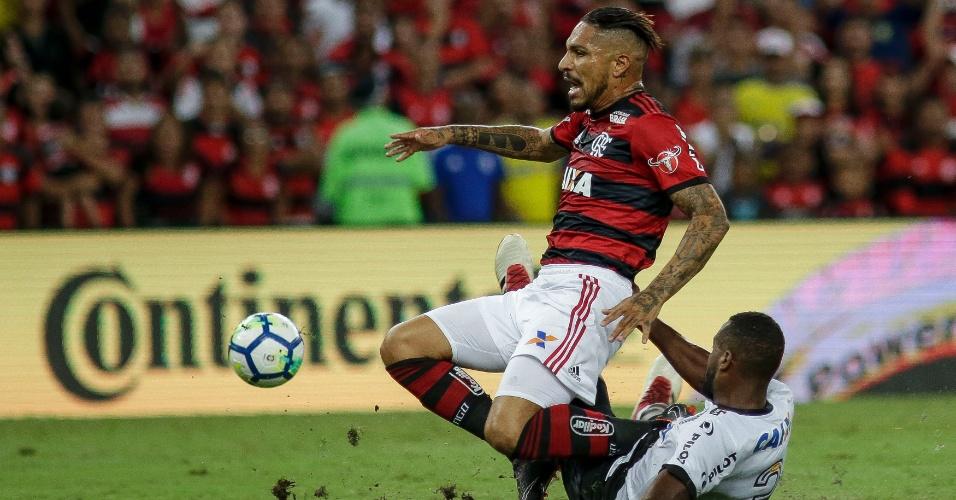 Guerrero é derrubado por Reynaldo em lance de Flamengo x Ponte Preta, pela Copa do Brasil