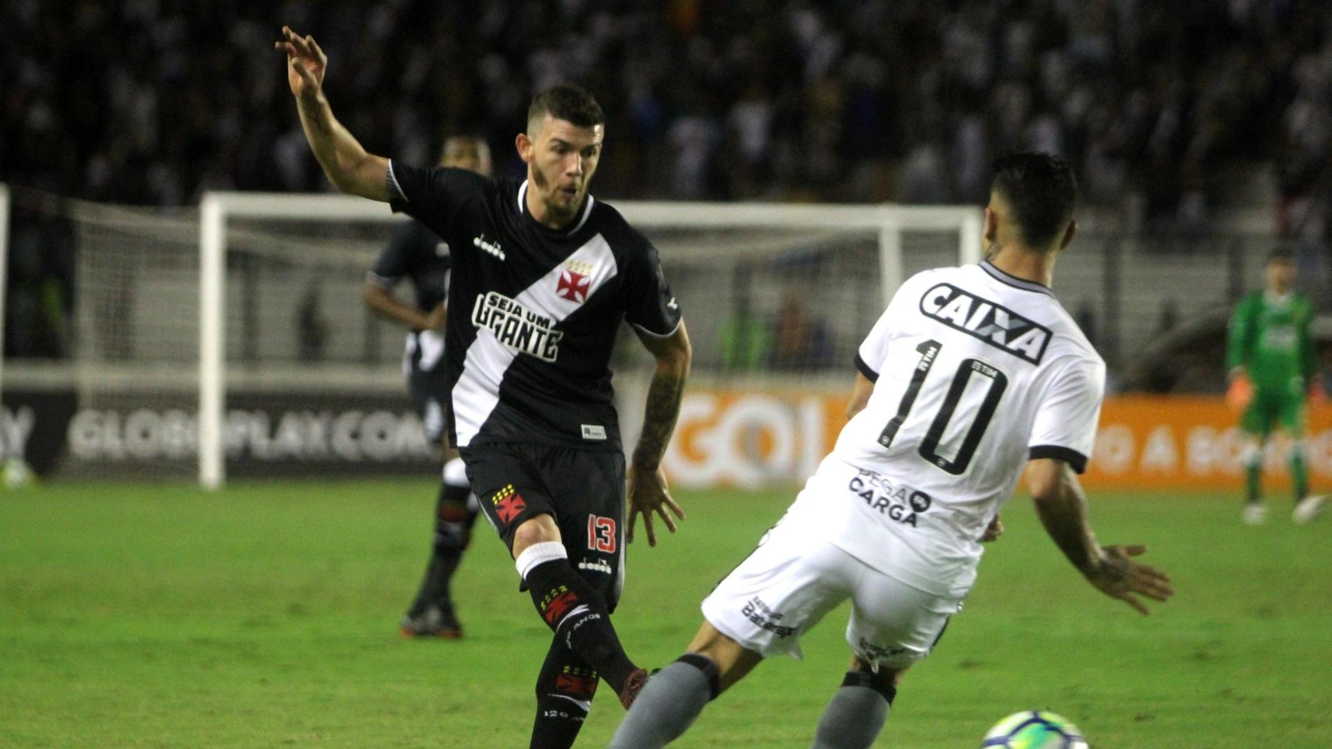 Luiz Gustavo em lance do clássico entre Vasco e Botafogo
