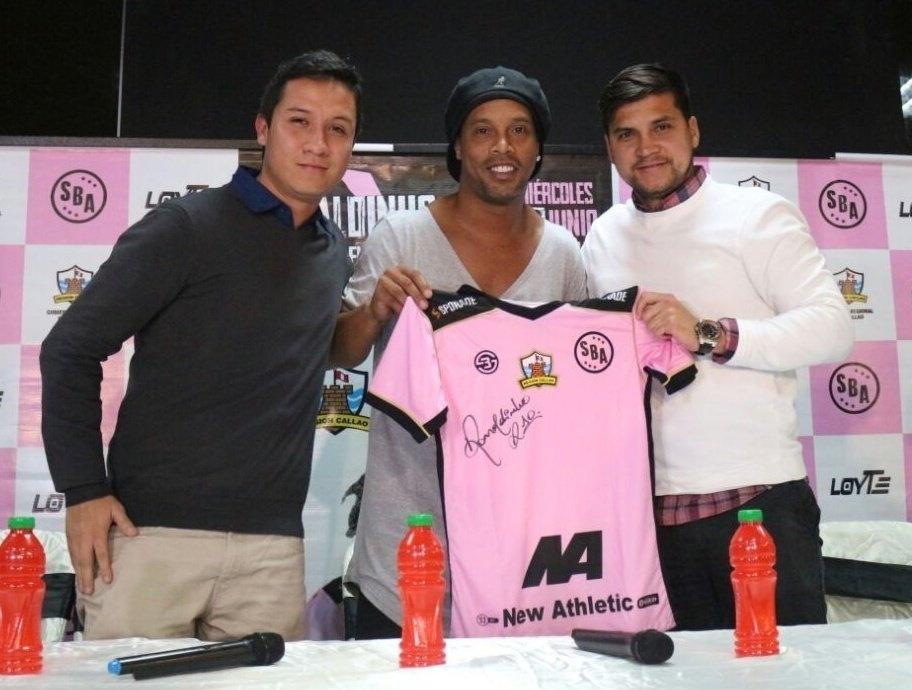 Ronaldinho Gaúcho exibe a camisa do Sport Boys, do Peru
