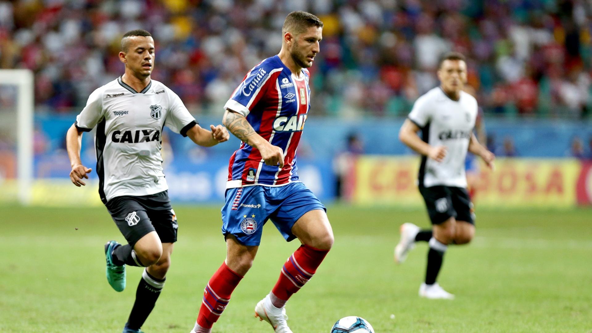 Zé Rafael, do Bahia, conduz a bola durante semifinal contra o Ceará, pela Copa do Nordeste