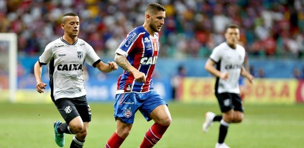 Zé Rafael, do Bahia, conduz a bola durante semifinal da Copa do Nordeste