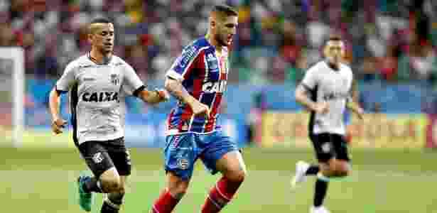 Zé Rafael, do Bahia, conduz a bola durante semifinal da Copa do Nordeste - Felipe Oliveira / EC Bahia