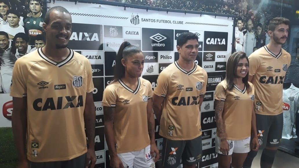 869b805e64 Lucas Lima vira alvo de piada em lançamento da terceira camisa do Santos -  Esporte - BOL