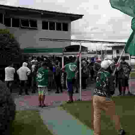 Torcedores da organizada Império Alviverde protestam no CT do Coritiba - Torcida Império Alviverde - Torcida Império Alviverde