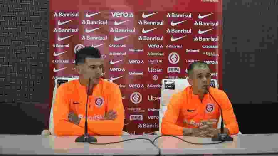 """Cuesta (e) e D""""Alessandro (d) durante entrevista coletiva do Inter na Argentina - Ricardo Duarte/Inter"""