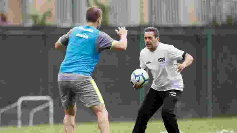 Vanderlei Luxemburgo faz trabalho individual com atacante Maxi Lopez em treino do Vasco no CT do Almirante - Rafael Ribeiro / Twitter do Vasco