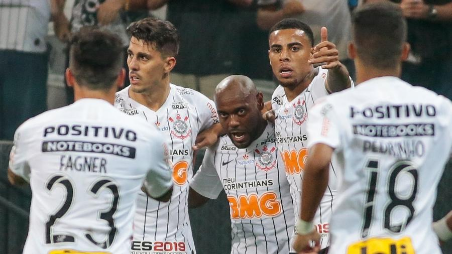Vagner Love e Gustagol marcaram os gols da vitória corintiana sobre os venezuelanos - Marcello Zambrana/AGIF