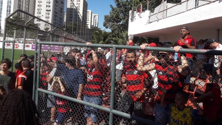 Torcedores do Flamengo assistem ao amistoso do time contra o Madureira - Alexandre Araújo/UOL