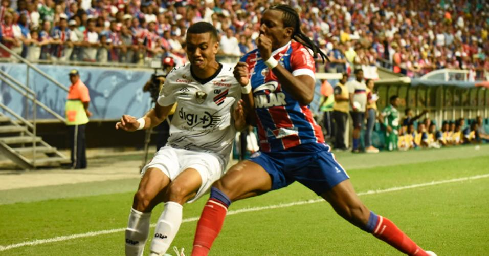 Jogadores disputam bola durante Bahia x Athletico