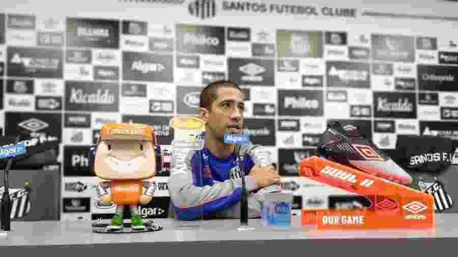 Evandro concede entrevista coletiva no CT do Santos - UOL