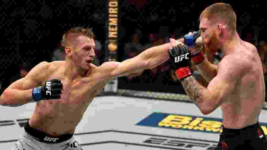 Dan Hooker e Paul Felder após luta no UFC Nova Zelândia - Divulgação / UFC