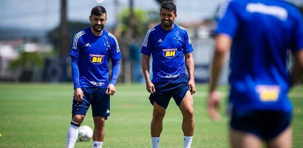Jogadores do Cruzeiro treinam juntos para driblar paralisação no futebol