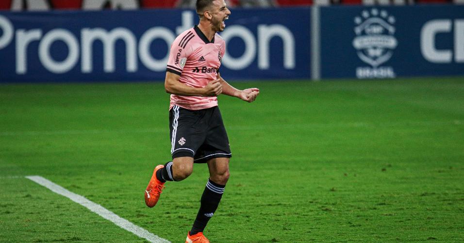 Thiago Galhardo comemora gol de pênalti em cima do Vasco