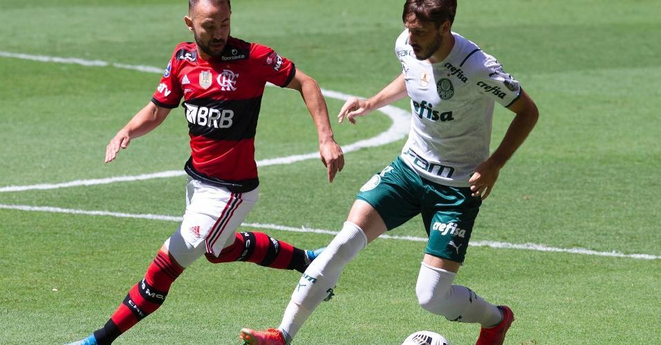 Lance do jogo entre Flamengo e Palmeiras, válido pela Supercopa do Brasil