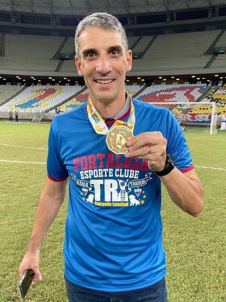 Argentino Vojvoda, técnico do Fortaleza, posa com a medalha de campeão cearense - Leonardo Moreira/FortalezaEC