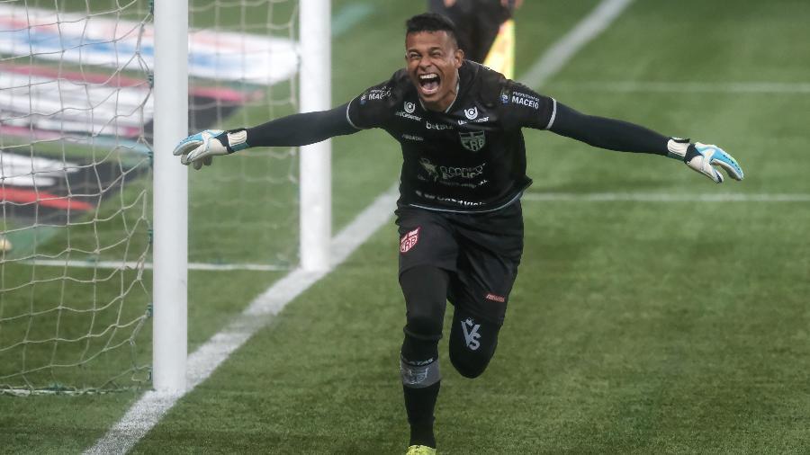 Diogo Silva foi o grande herói da classificação do CRB sobre o Palmeiras  - Marcello Zambrana/AGIF