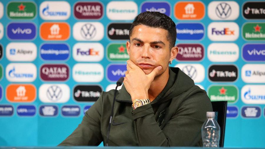 Cristiano Ronaldo moveu garrafinhas de Coca-Cola que estavam sobre a mesa em entrevista coletiva - Handout / UEFA / AFP