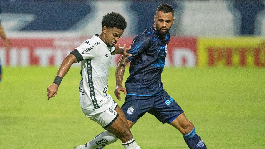 Warley, do Botafogo, disputa bola com Lauro, do CSA, no Rei Pelé, na Série B do Brasileiro - Celio Junior/AGIF