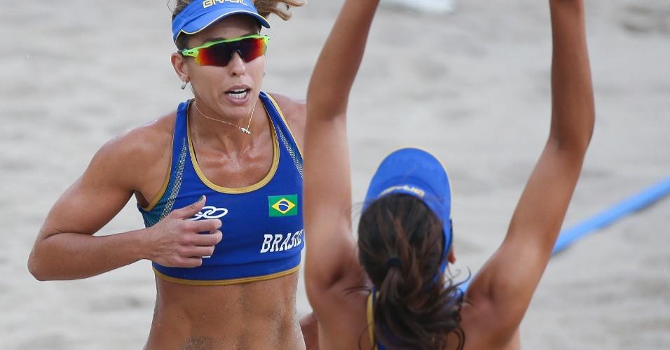Lili e Carol Horta comemora ponto na vitória sobre dupla do Chile no vôlei de praia em jogo debaixo de chuva