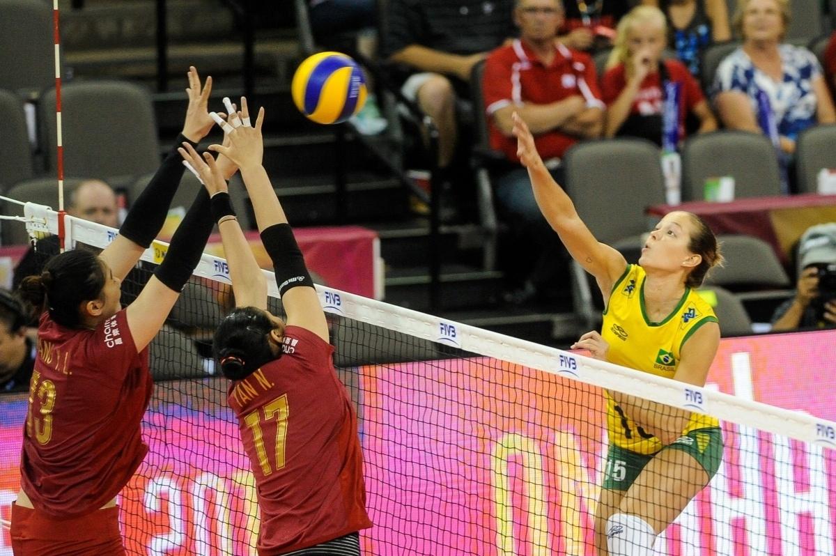 22.jul.2015 - Oposto Monique tenta ataque colocado em jogo da seleção brasileira de vôlei feminino contra a China, na abertura da fase final do Grand Prix.