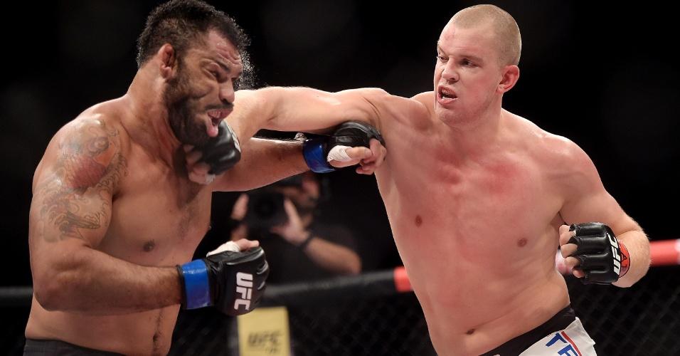Stefan Struve acerta soco no rosto de Rodrigo Minotauro, no UFC 190; holandês venceu por decisão unânime dos juízes
