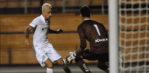Lucas Lima cara a cara com goleiro -  Ivan Storti/ Santos FC -  Ivan Storti/ Santos FC