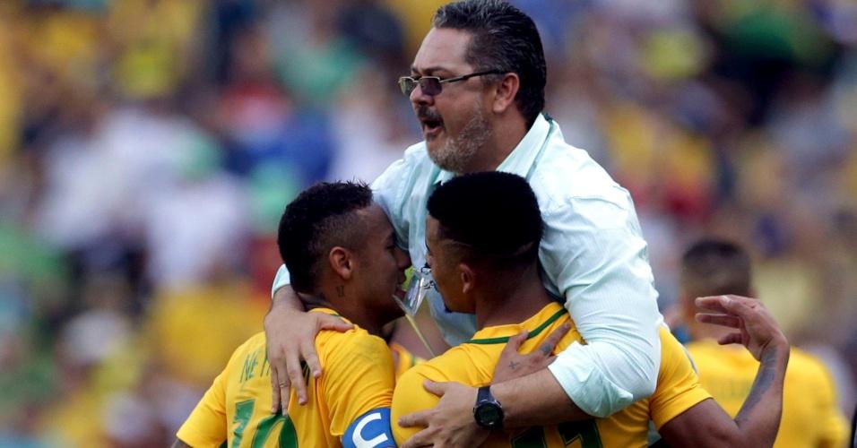 O técnico Micale vibrou pelos gols do Brasil com Neymar e Gabriel Jesus