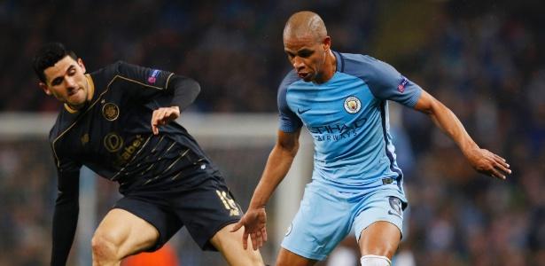 Fernando disputa bola em jogo do Manchester City pela Liga dos Campeões