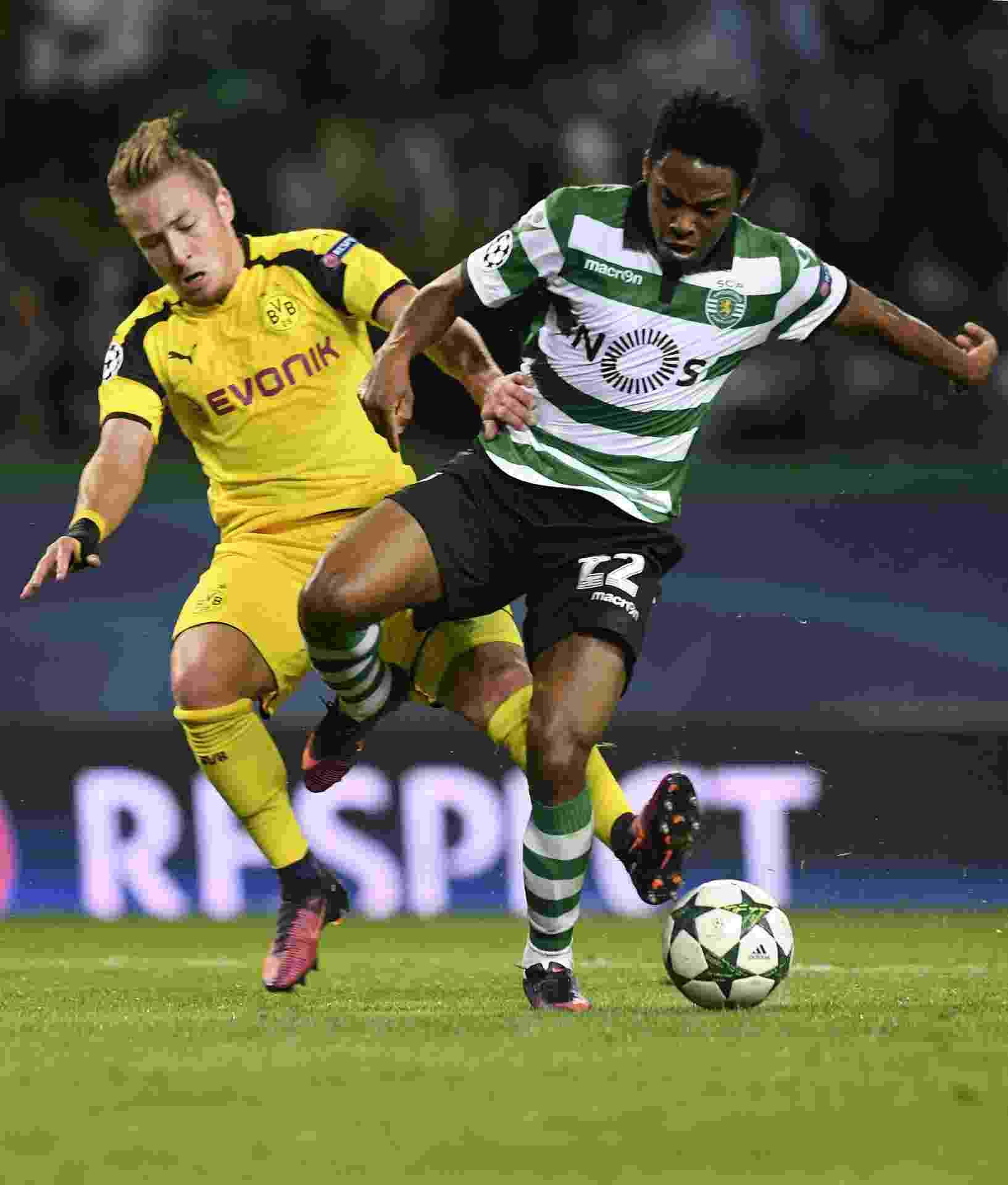 Elias disputa bola com Passlack, durante a partida entre Sporting Lisboa e Borussia Dortmund - AFP PHOTO / FRANCISCO LEONG
