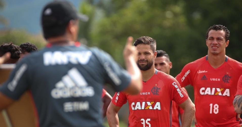 Zé Ricardo orienta os jogadores do Flamengo antes do amistoso contra o Vila Nova