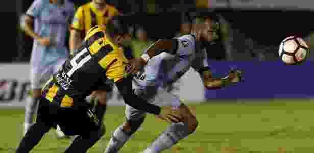 Fernandinho, do Grêmio é acompanha de perto por Baez, do Guaraní-PAR -  Andrés Cristaldo/EFE -  Andrés Cristaldo/EFE