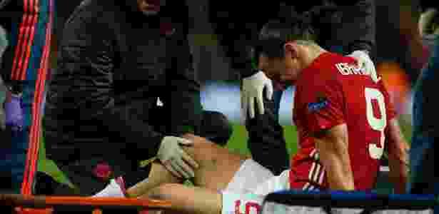 Ibrahimovic reclama de dores no joelho durante a partida entre Manchester United e Anderlecht - Reuters / Andrew Yates - Reuters / Andrew Yates