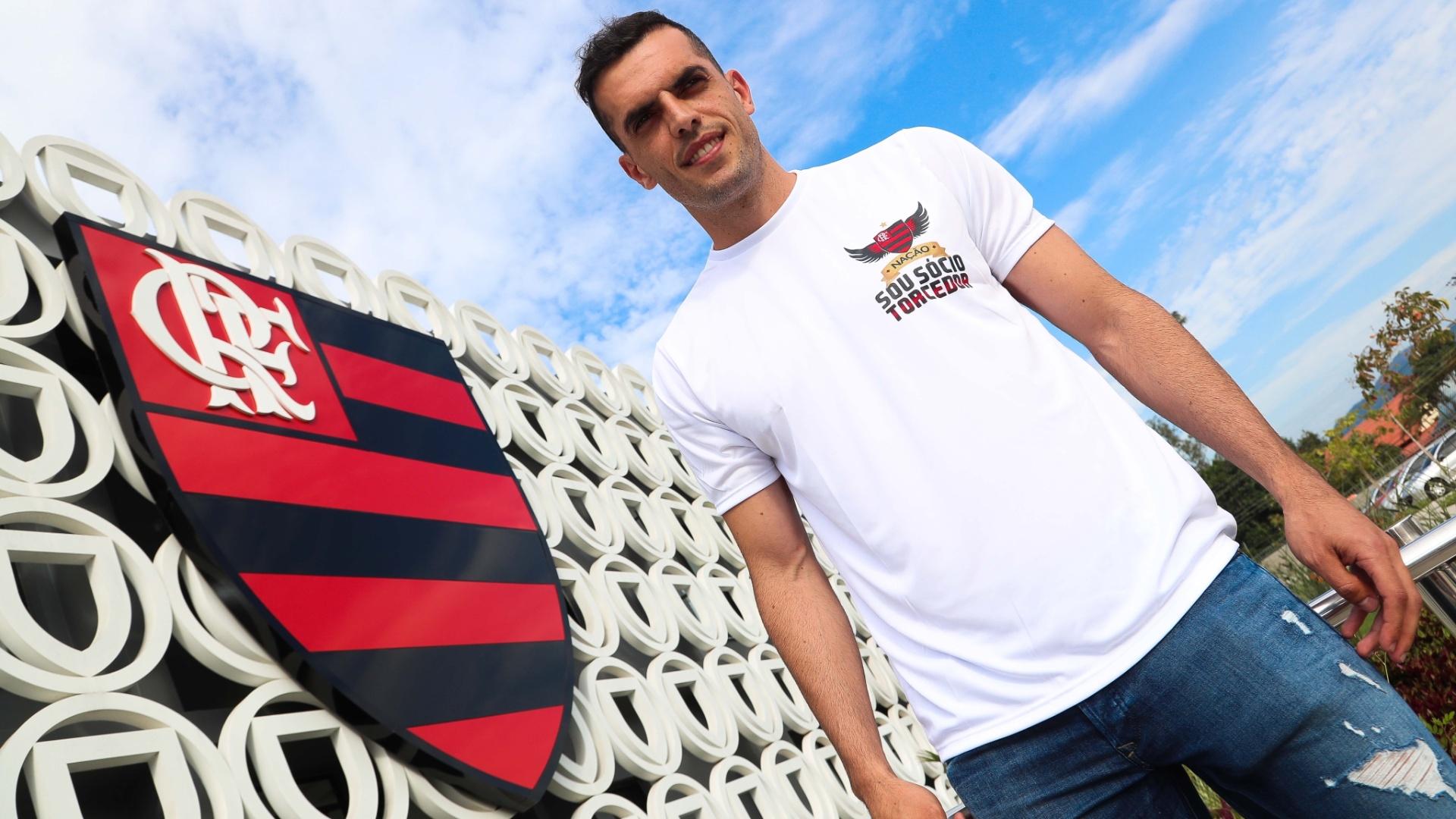 O zagueiro Rhodolfo foi apresentado nesta segunda-feira (12) pelo Flamengo