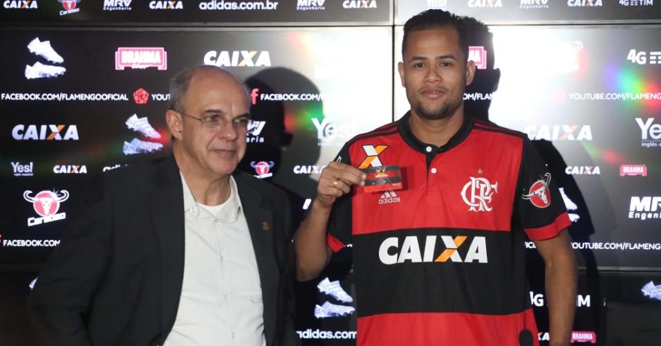 Geuvânio é apresentado no Flamengo ao lado do presidente Eduardo Bandeira de Mello