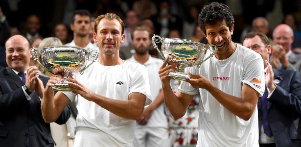 Marcelo Melo e Lukasz Kubot recebem o troféu de campeão de Wimbledon