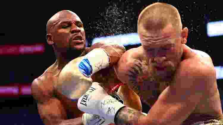 Mayweather acerta o rosto de McGregor - Mark J. Rebilas/Reuters - Mark J. Rebilas/Reuters
