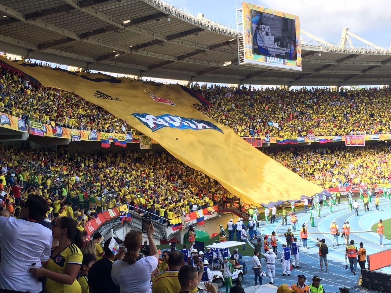 Torcida da Colômbia exibe bandeirão antes de partida com o Brasil