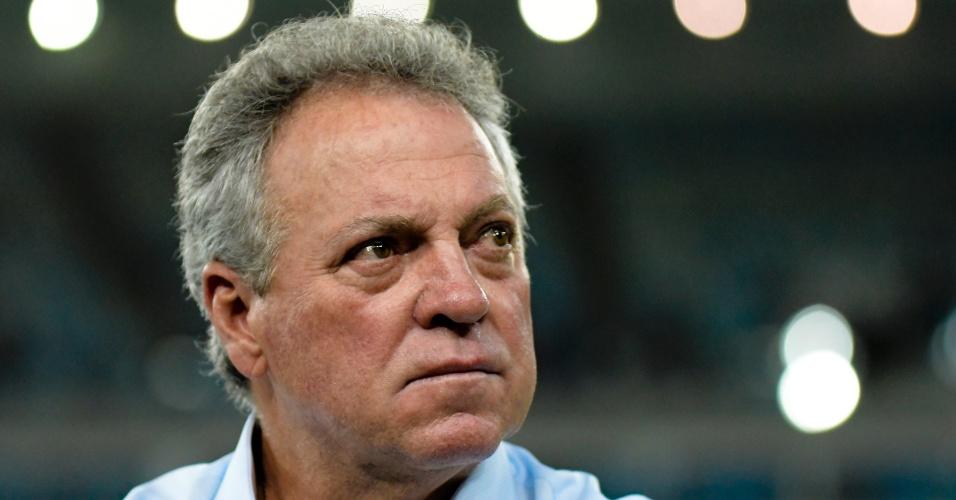 Abel Braga, técnico do Fluminense, acompanha partida contra o Flamengo