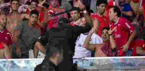Policial ameaça torcedores do Independiente - Mauro Pimentel/AFP - Mauro Pimentel/AFP