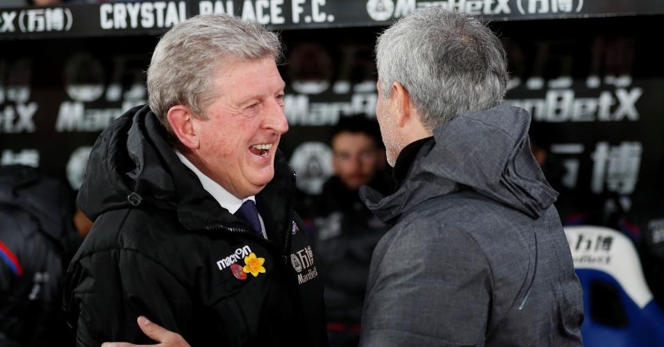 José Mourinho (Dir.), técnico do United, cumprimenta Roy Hodgson (Esq.), treinador do Crystal Palace