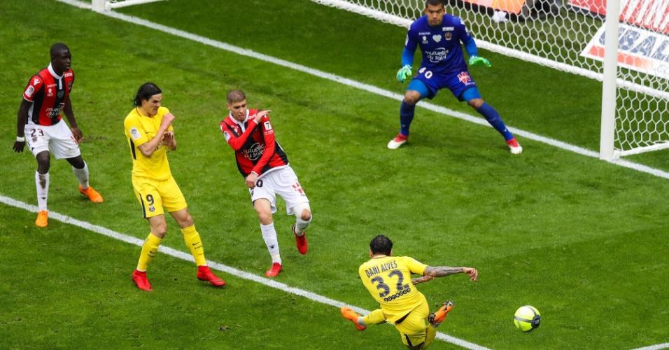 Daniel Alves tenta uma finalização contra o Nice