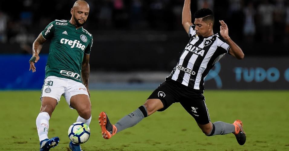 Felipe Melo recebe a marcação de Matheus Fernandes no jogo entre Botafogo e Palmeiras