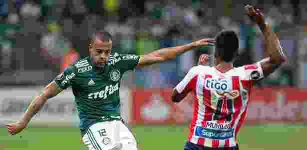 O lateral Mayke tenta o cruzamento no jogo entre Palmeiras e Junior Barranquilla - Daniel Vorley/AGIF