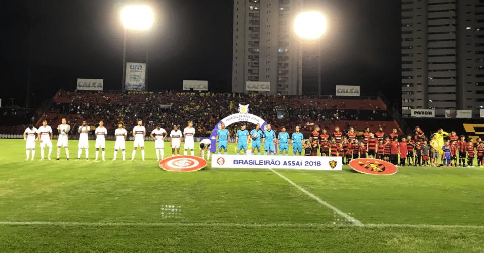 Sport e Internacional postados para o hino nacional antes de duelo pelo Brasileirão