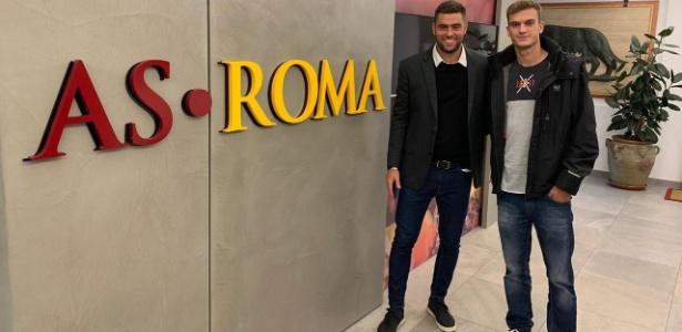 Felipe Estrella (dir) começa a trajetória na Roma com a equipe sub-20 - Divulgação