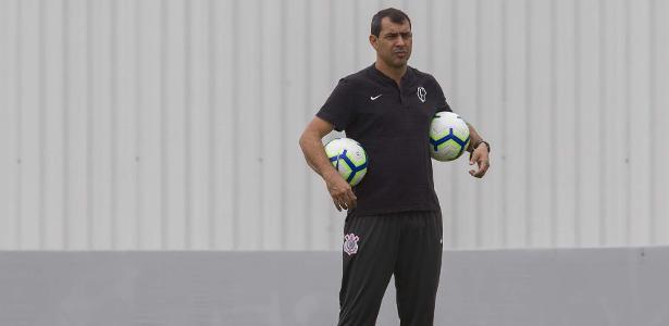 Fábio Carille dá instruções aos jogadores durante treino no CT Joaquim Grava - Rodrigo Gazzanel/Ag. Corinthians