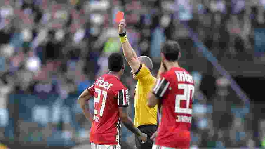 Anderson Daronco apresenta cartão vermelho para Raniel na partida entre Vasco e São Paulo pelo Campeonato Brasileiro - Thiago Ribeiro/AGIF